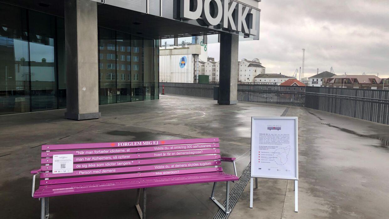 Fem demensbænke har fået tildelt pris. Bænkene er et projekt der skal give Aarhus mere viden om demens og være med til at bryde tabuet om sygdommen.