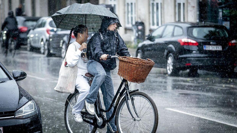 Onsdag bliver der god brug for både regntøj og paraply. (Arkivfoto)