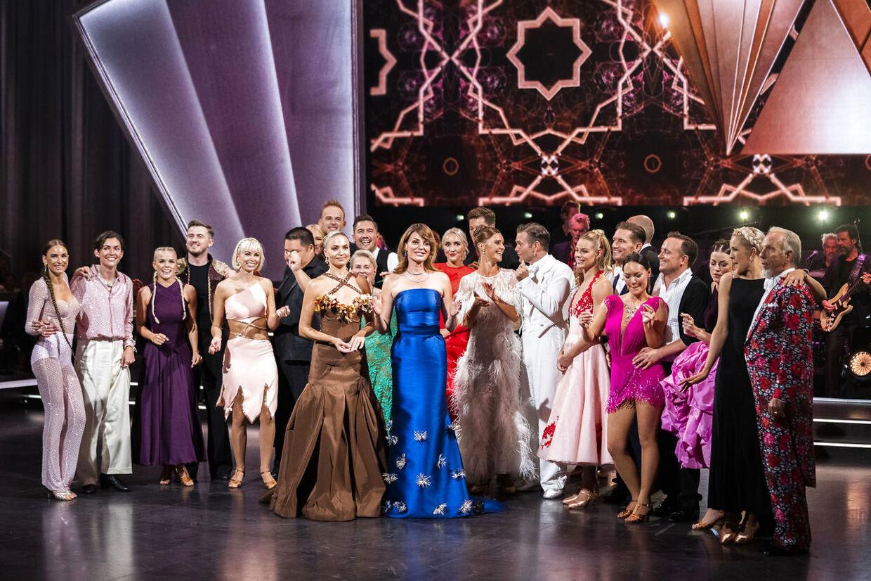 Alle årets dansere sammen med værterne Sarah Grünewald og Christiane Schaumburg-Müller.