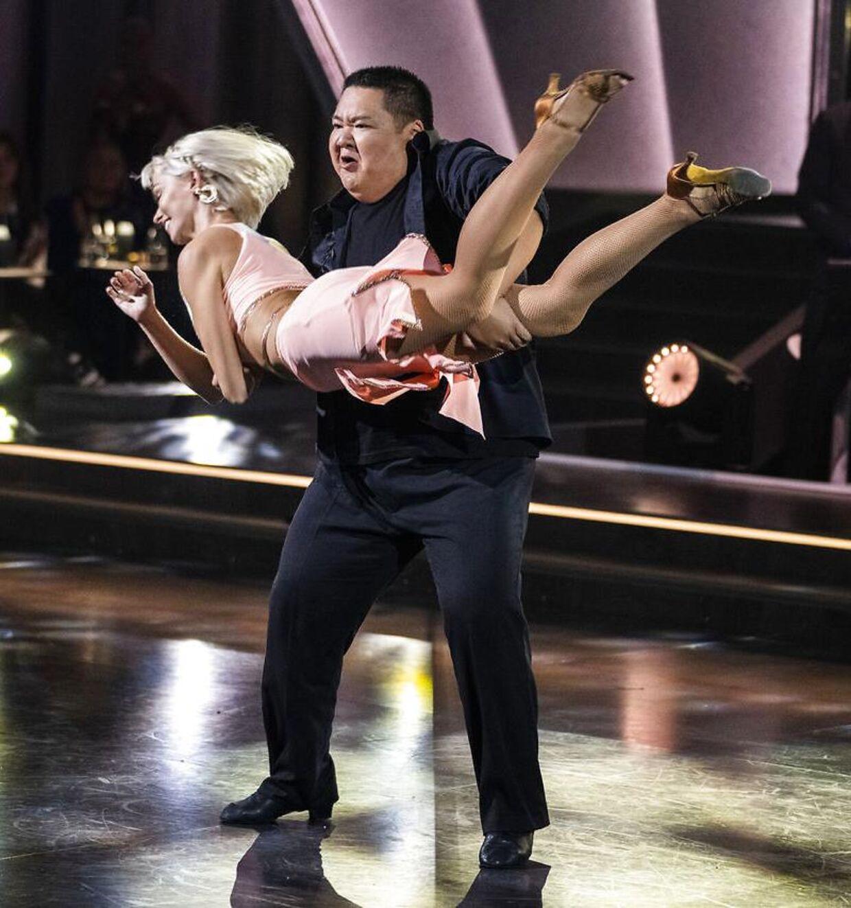 Micki Cheng og Jenna Bagge med det dansetrin, de ynder at kalde 'rullekebabben'.