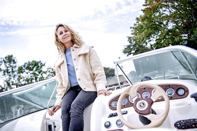 Anne Louise Hassing har solgt sit sommerhus og købt en speedbåd i stedet.