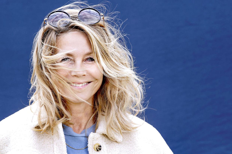 Som 54-årig er skuespiller Anne Louise Hassing ved at finde sig selv i et nyt setup. Hendes søn er ved at være flyvefærdig, og hun er for første gang i sit voksenliv alene uden en mand.
