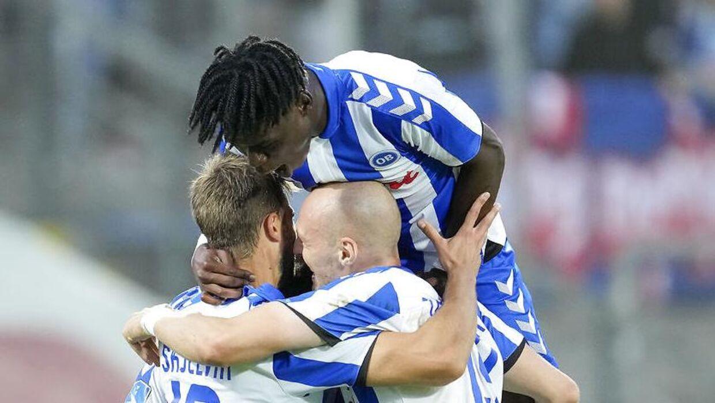 Emmanuel Sabbi og holdkammeraterne jubler over OB's første scoring mod Sønderjyske.