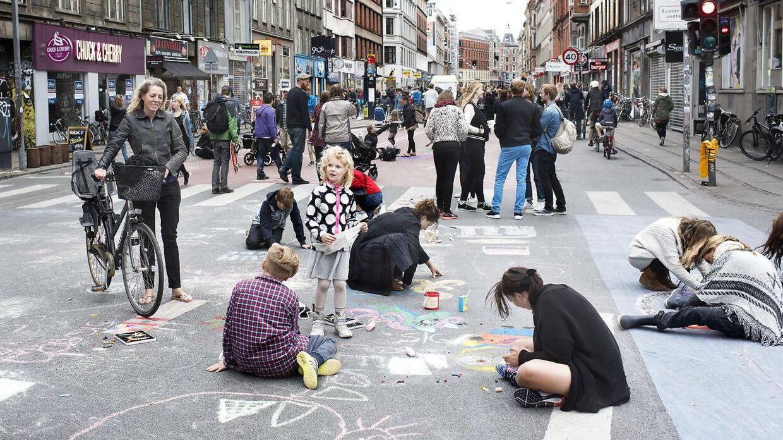 I anledning af bilfri søndag bliver københavnerne blandt andet inviteret til at male Nørrebrogade med farvekridt.
