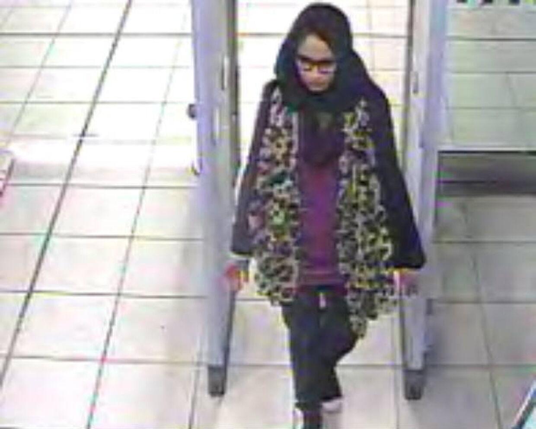 Sådan så det ud, da den dengang 15-årige Shamima Begum forlod Storbritannien for at tage til Syrien i 2015. Foto: London Metropolitan Police / Ritzau Scanpix