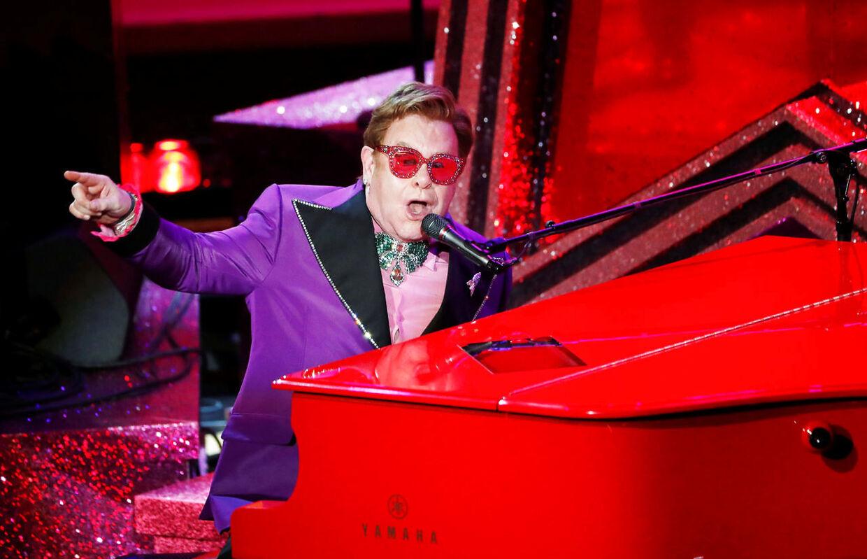 """Sådan her kan det snildt se ud, når det klaverspillende rockikon Elton John går på scenen. Her til Oscar-uddelingen i januar 2021 med nummeret """"(I'm Gonna) Love Me Again"""" fra Rocketman."""
