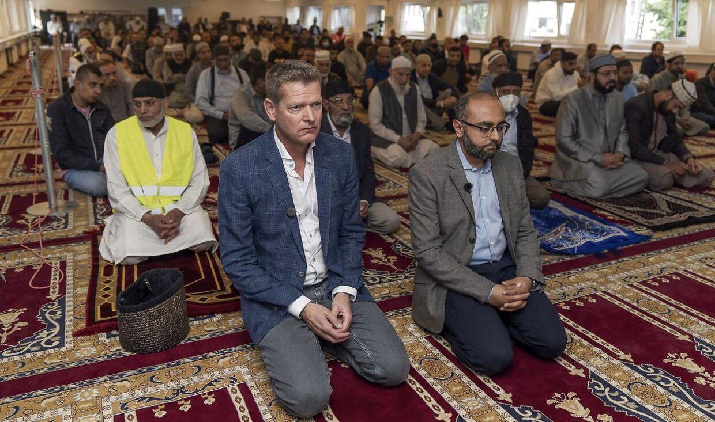 Søren Brostrøm (tv.) og læge Urfan Ahmed har rykket vaccinationer ud til moskeer i forbindelse med fredagsbøn.