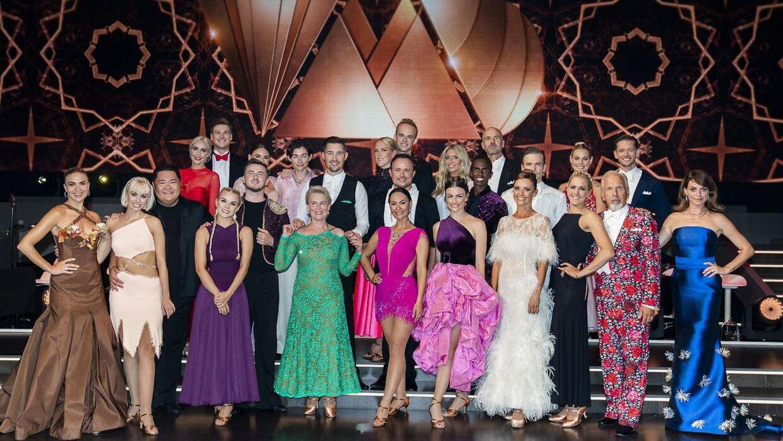 Alle deltagerne på gulvet sammen med værterne Sarah Grünewald og Christiane Schaumburg-Müller til 'Vild med dans'-premieren fredag den 10. september 2021.
