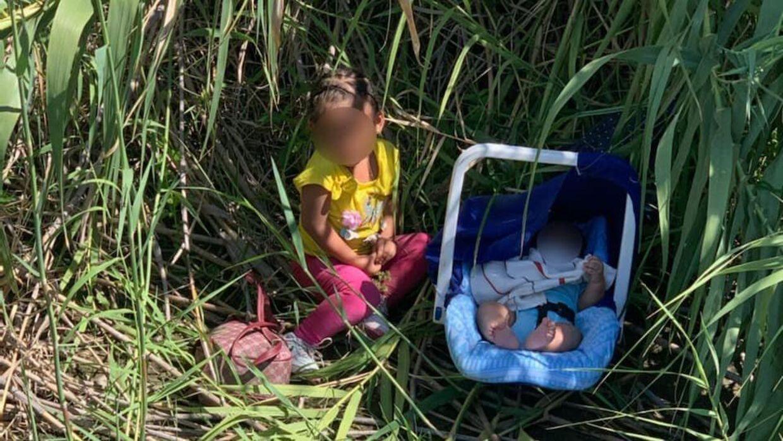 To helt små børn er blevet fundet efterladt ved grænsen til USA.