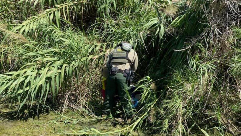 En agent fra det amerikanske border patrol med de to børn.