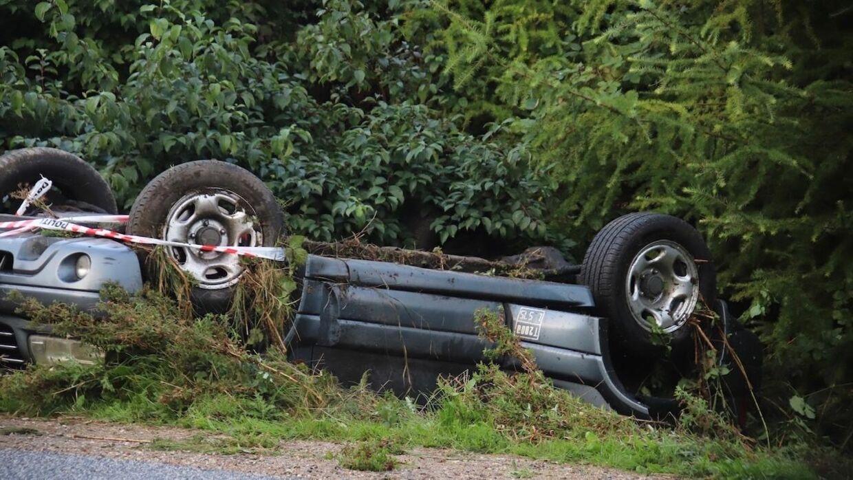 Politiet kender endnu ikke årsagen til, hvordan bilen endte på taget i rabatten. Foto: Presse-fotos.dk