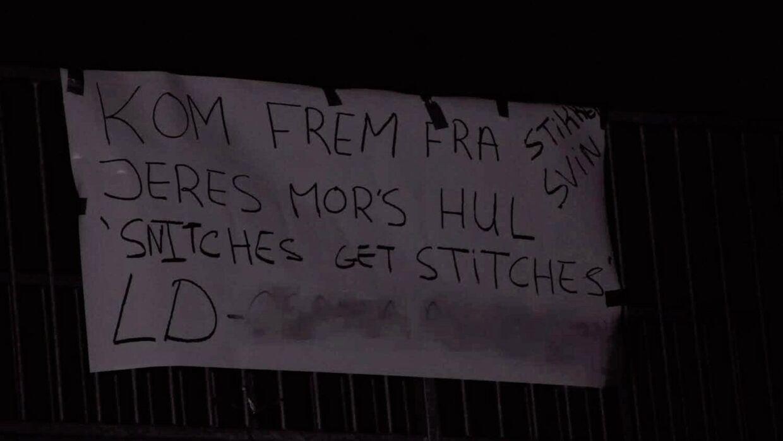 På dette banner stod der trusler rettet mod specifikke personer i området ved Ladegårdsparken. Foto: presse-fotos.dk