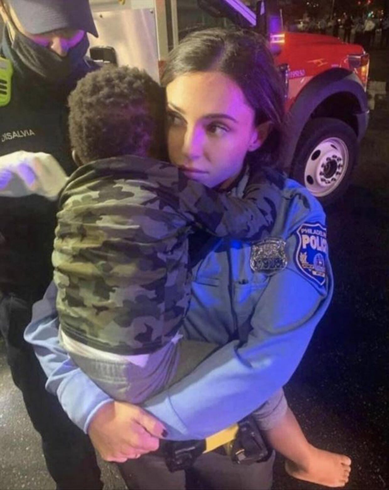 Sådan så billedet af betjenten og Rickia Youngs søn ud.