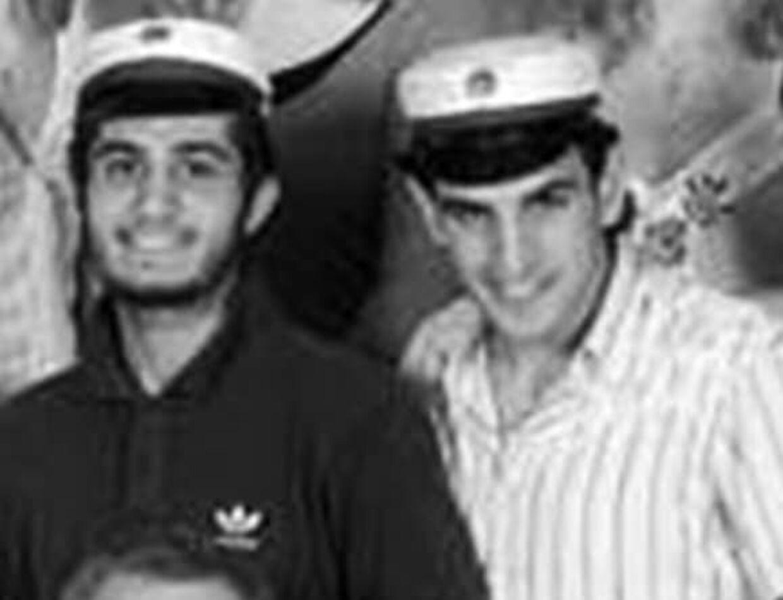 Rawan Taher (tv.) og Basil Hassan (th.) fotograferet på Frederiksberg Gymnasium, hvorfra de begge blev studenter.