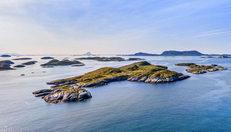 Øen har beliggenhed langs den norske vestkyst. Den har en størrelse på 280 tønder land.