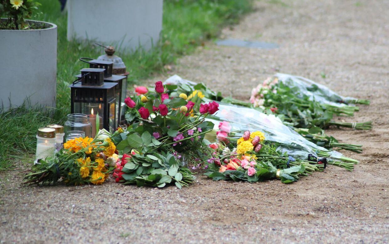 Blomster fra gerningsstedet, hvor en 41-årig kvinde blev dræbt. Foto: Presse-fotos.dk