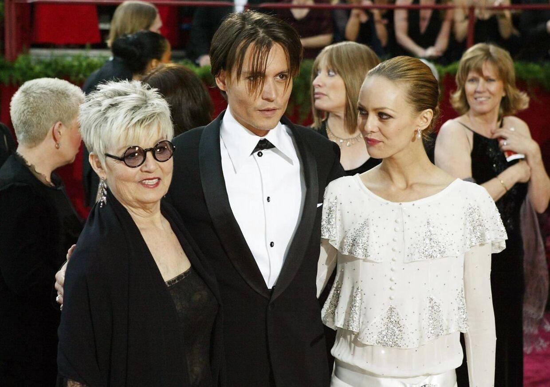 I 2004 havde Johnny Depp både sin mor Betty Sue Palmer og sin daværende kæreste, Vanessa Paradis, med til prisoverrækkelse. Moderen døde i 2016. Foto Frazer Harrison/Getty Images/AFP.