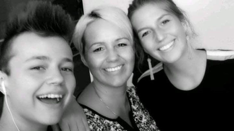 Et privat billede af en glad Noah med sin mor, Laila Motzfeldt, og sin søste, inden overfaldet fandt sted.
