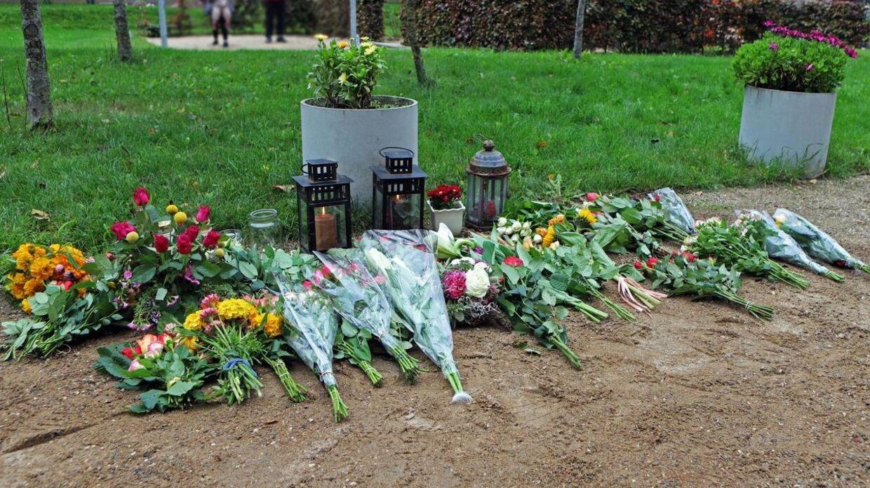 Blomster ved drabsstedet i Aalborg. Foto: Byrd / Jean Nonboe