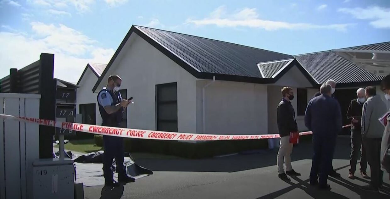 Politi fotograferet foran familiens hjem i Timaru New Zealand (Foto: AP/Ritzau Scanpix)