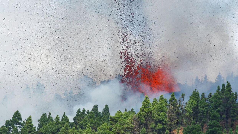 Lava og røg stiger op fra vulkanen, der er gået i udbrug på La Palma. REUTERS/Borja Suarez