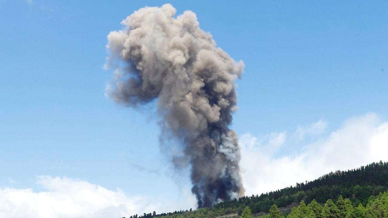 Voldsomme røgskyer stiger til vejrs fra vulkanen REUTERS/Borja Suarez