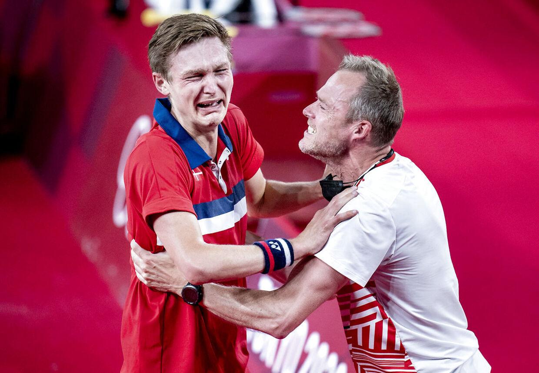 Kenneth Jonassen og Viktor Axelsen jubler sammen efter OL-finalen i Tokyo.