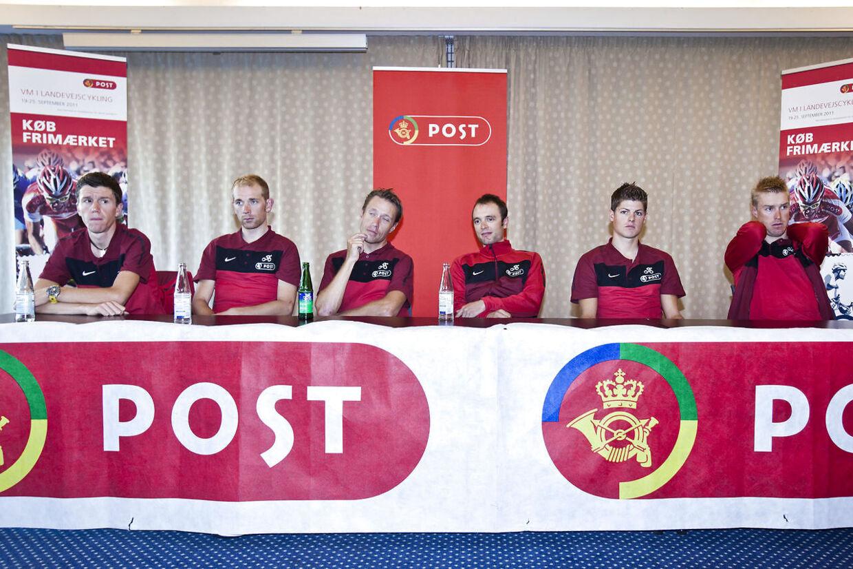 Chris Anker Sørensen (yderst til venstre) har flere gange kørt VM med Jakob Fuglsang (som sidder næstlængst til højre) på det danske landshold.
