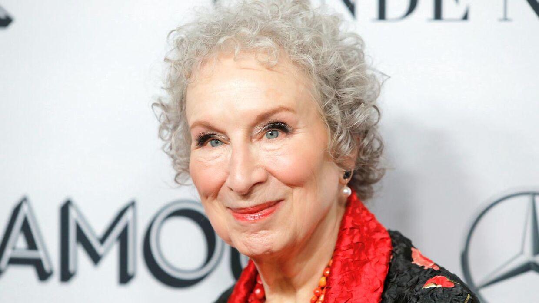 Forfateren bag romanen, serien er baseret på, Margaret Atwood.