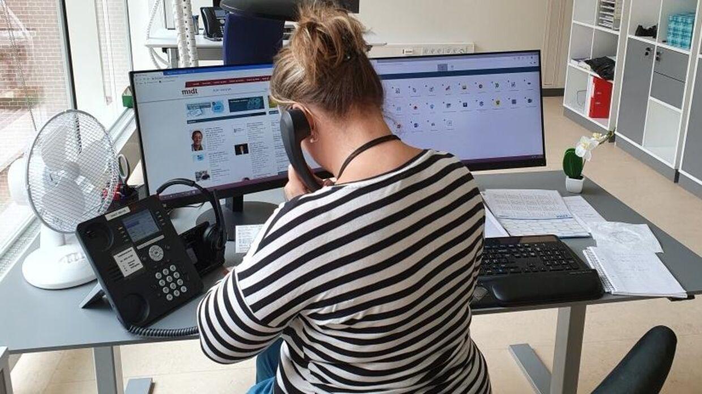 Sammen med 690 andre lægesekretærer på Aarhus Universitetshospital sidder Patricia Frank Svare klar ved telefonen. Klar til at give patienterne besked. På godt og ondt.