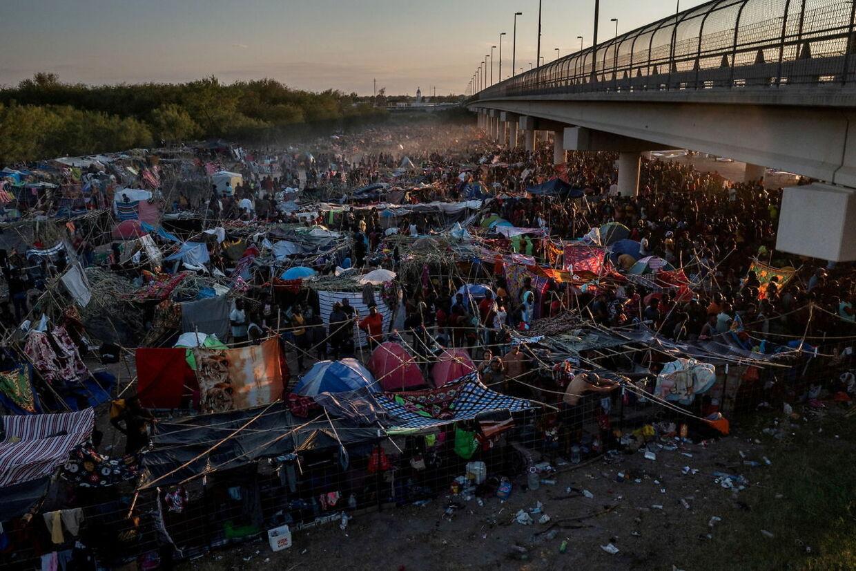 Mindst 15.000 migranter menes nu at befinde sig ved Del Rio-grænseovergangen. De fleste af disse er haitianere
