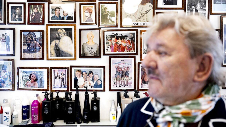 Der er fyldt med billeder af kendisser i Tage Frandsens salon.