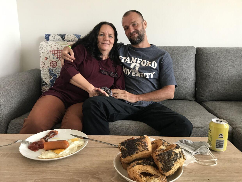 Som det første måltid i Danmark fik Sejr serveret bacon og pølse med spejlæg til morgenmad hjemme hos mor.
