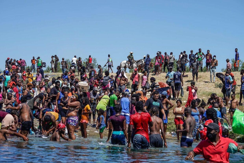 Tusinder af mennesker har slået sig ned på den mexicancke side af Rio Grande-floden. Dem der krydser den og bliver fanget af amerikanske betjente, risikerer at blive sendt tilbage til deres oprindelige udgangspunkt.