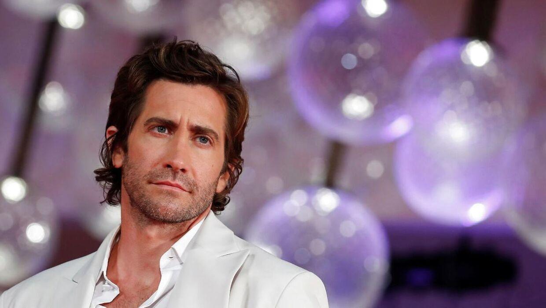 Jake Gyllenhaal fortæller nu, at han altså går regelmæssigt i bad.