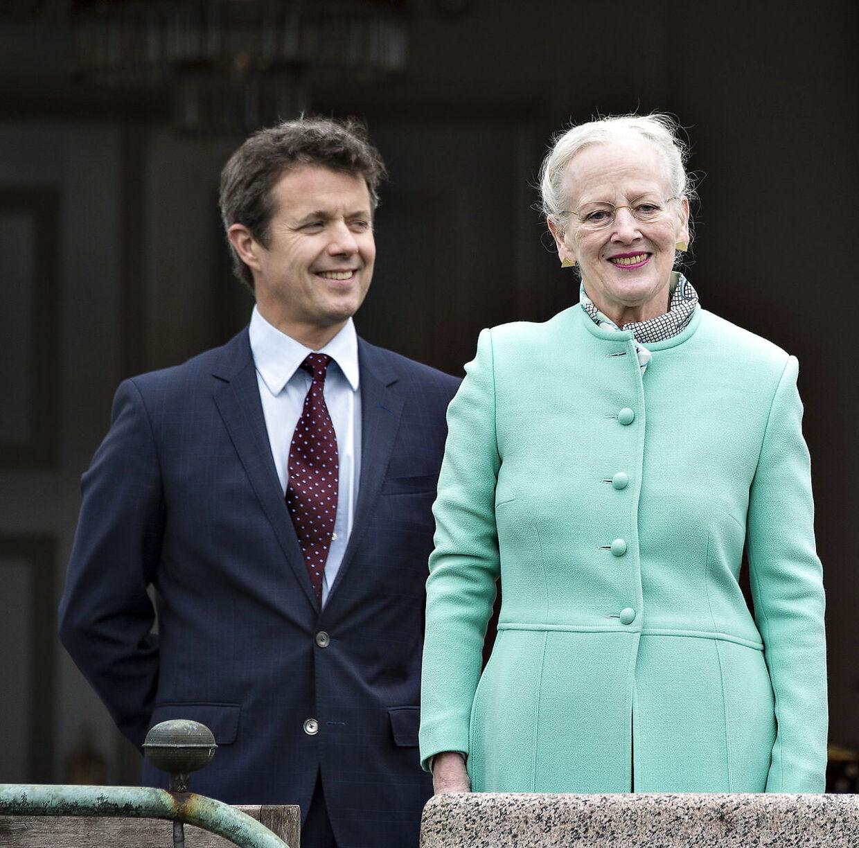 Arkivfotot: Hendes Majestæt Dronning Margrethe fejrede søndag d. 16. april sin 77-års fødselsdag på Marselisborg Slot sammen med børn og børnebørn. Her er Kongefamilien samlet på verandaen, Dronning Margrethe og kronprins Frederik. (foto: Henning Bagger / Scanpix 2017)