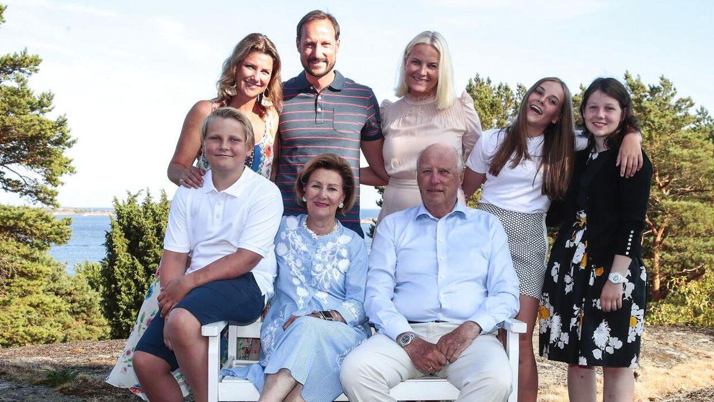 Den norske kongefamilie. Prinsesse Märtha Louise, kronprins Haakon og hans kone, kronprinsesse Mette-Marit, samt deres børn prinsesse Ingrid og prins Sverre Magnus og Märtha Louises ældste datter Maud Angelica. Forrest sidder kong Harald og dronning Sonja.
