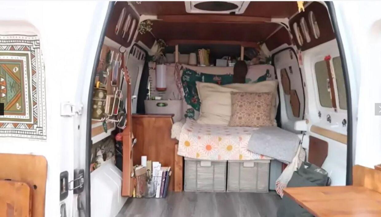 Billedet viser, hvordan varevognen så ud, når parret fremviste den på deres sociale medier.