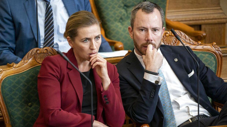 Mette Frederiksen (S) og Jakob Ellemann-Jensen (V) står i spidsen for de to partier, som i sidste ende afgør, om der skal tages et opgør med politikernes vederlag og pensioner.