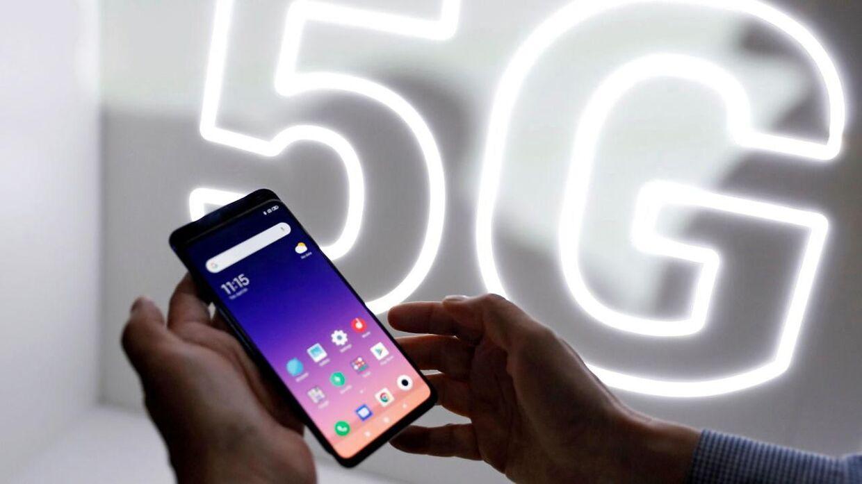Her står en person med en smartphone fra det kinesiske mærke Xiaomi Mi 9 tilbage i 2019. Arkivfoto.