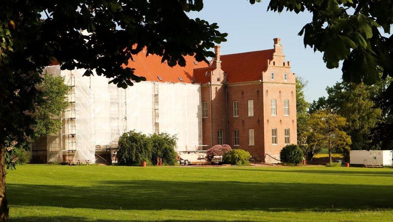 Skovsbo Gods syd for Kerteminde kommer fremover til at danne rammen om Thomas og Signe Kirk Kristiansens liv.