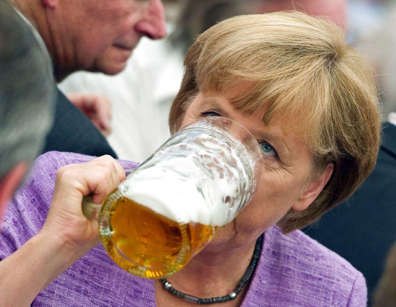 Hele Tysklands Mutti. Merkel holdes i høh jurs overalt. Ikke. indst for sin ligefremme stil.