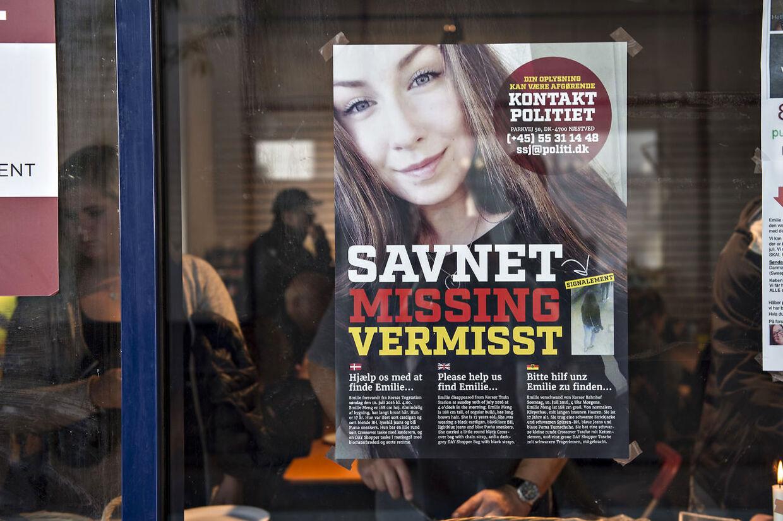 Efterlysningsplakat med den savnede Emilie Meng. Emilie Meng blev sidst set i live på Korsør Station den 10. juli 2016. Fem en halv måned senere blev hun fundet dræbt i en sø ved Regnemarks Bakke nær Borup.