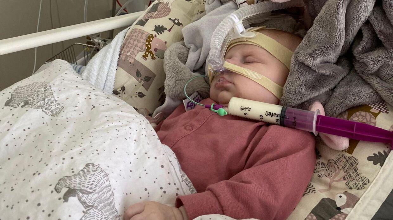 Sophia under sin anden indlæggelse, mens hun er i CPAP-behandling. (Privatfoto)