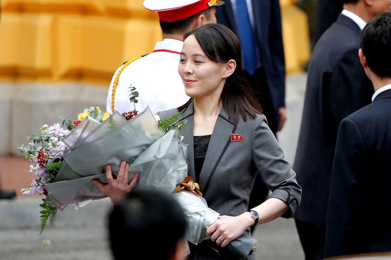 Søsteren Kim Yo Jong holder en buket blomster under en velkomstceremoni i Hanoi, Vietnam, 1. marts 2019.