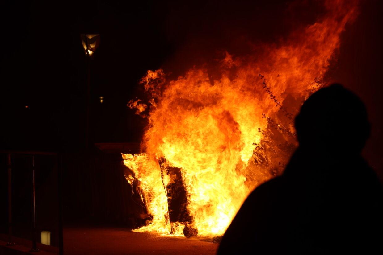 Fire affaldscontainere stod i brand på Sigridsvej ved Gellerupparken, da Brandvæsenet ankom. Foto: Presse-fotos.dk