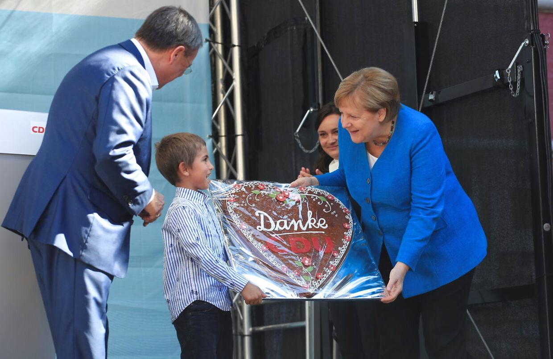 Den tyske kansler Angela Merkel modtog en kage med ordene 'Tak' i den nordlige rhinstat Westfalen sammen med formanden for Christian Democratic Union (CDU) kandidat til kanslerposten, Armin Laschet. 25 september 2021.