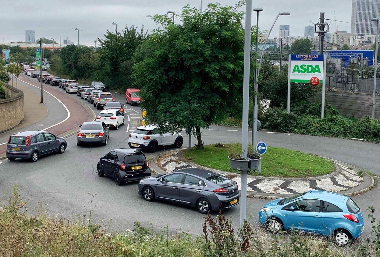 Hamstring af brændstof skaber trafikkaos og lange køer i Storbritannien.