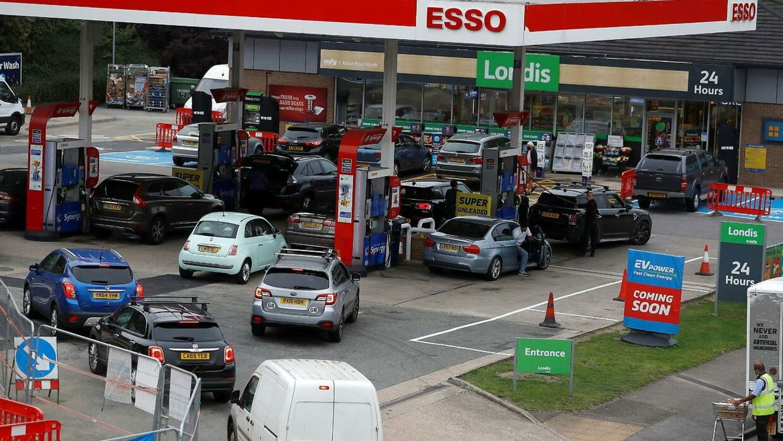 Briter holder i lang kø til en tankstation i London.