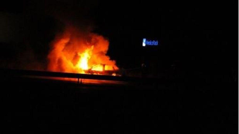 Store flammer stod ud fra en bil på Fynske Motorvej natten til søndag. Foto: Presse-Fotos.dk
